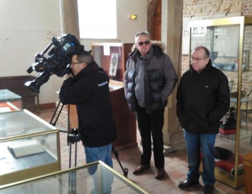 Le cameraman filme le contenu d'une vitrine